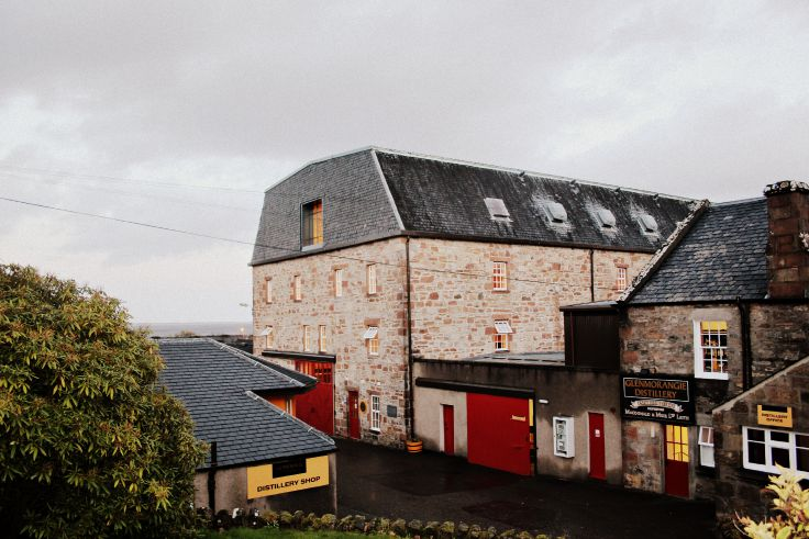the glenmorangie distillery in scotland